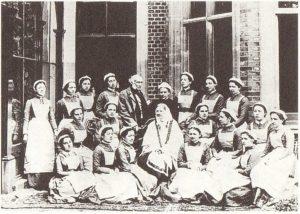 晩年のナイチンゲールと看護学校の生徒たち