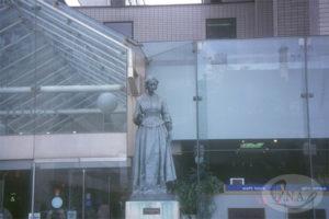 10.聖トマス病院玄関前に立つナイチンゲール像(1996年)