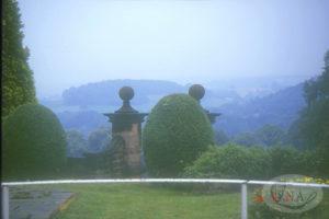 6.リハースト荘内部から庭を見る(1996年)