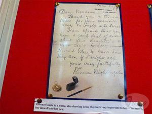 7.聖マーガレット教会内部に保存されているナイチンゲールの手紙・ペン・インク壺・時計