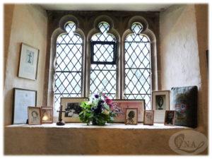 8.聖マーガレット教会内部の出窓に飾られたナイチンゲール関連グッズ