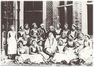 3.クレイドンハウスで撮影されたナイチンゲールとその弟子たち